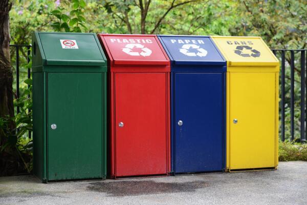 Каждый из контейнеров предназначен для определенного типа отходов...