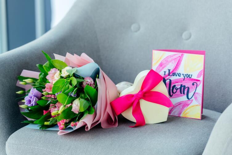 На всякий случай, помните, что букет цветов и конфеты всегда уместны